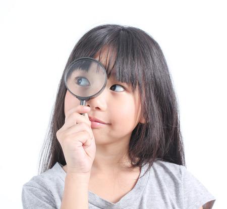 Portret van een jong meisje met vergrootglas