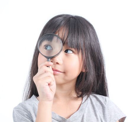 niños pensando: Retrato de niña con la lupa Foto de archivo