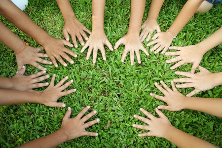 manos juntas: Multicultural manos