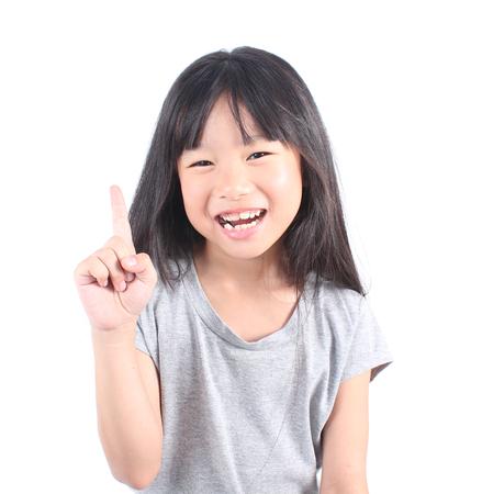 Petite fille pointant vers le haut avec son doigt