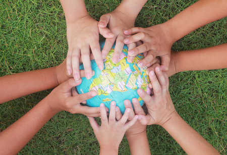 manos entrelazadas: Salvando al mundo