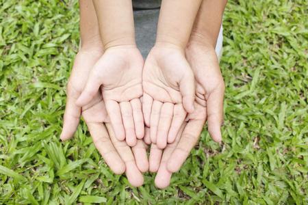 Adult hands holding kid hands Banque d'images