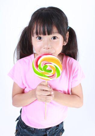 niña comiendo: Niña hermosa con el lollipop Foto de archivo