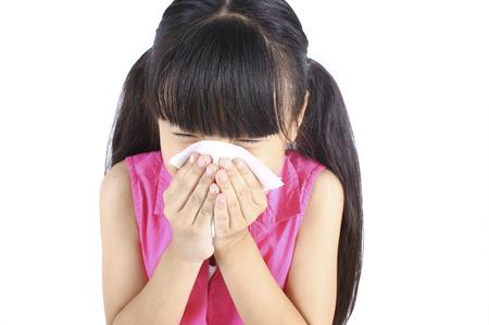 Het meisje blaast haar neus Stockfoto
