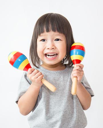マラカス、幼児プレイ グループ演奏小さなかわいいアジアの女の子