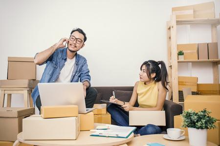 Start kleine ondernemer of freelance vrouw en man thuis werken concept, Jonge Aziatische kleine ondernemer thuis kantoor, on-line marketing verpakking en levering