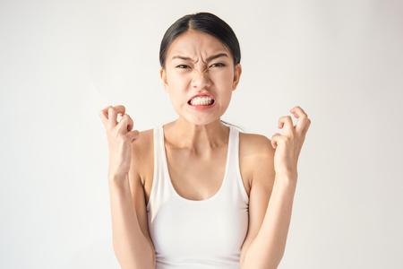 怒っている物思いにふける狂牛病クレイジー アジアの女性の肖像 (式、顔射)、白い背景で隔離の若いアジア女性の美しさの肖像画を叫んでします。 写真素材