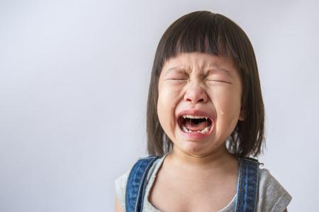 Porträt von wenig asiatischem schreiendem Mädchen wenig Rollenrisse weinende Gefühlsverletzungsschmerz passen Tropfenbacke