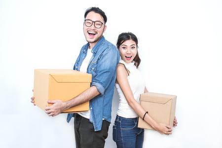 아시아 여자와 아시아 남자 상자를 수행한다. 시작 중소 기업 기업 중소 기업 또는 프리랜서 아시아 여성 및 남자 작업 상자, 온라인 마케팅 포장 상자 및 배달, 중소 기업 개념