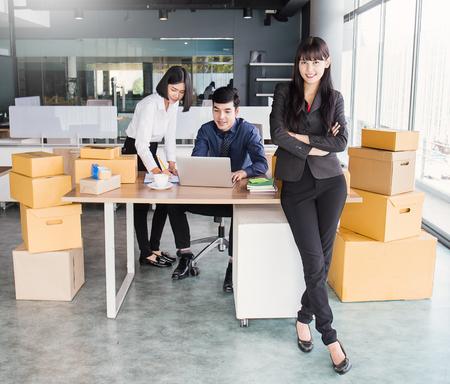 Poner en marcha el empresario de pequeñas empresas PYME o equipo de mujer independiente trabajando con caja, joven propietario de una pequeña empresa asiática en la oficina, entrega de caja de embalaje de marketing en línea, concepto de PYME