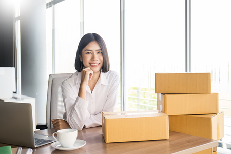 Start up small business entrepreneur SME or portrait freelance woman working with box at home concept, Young Asian small business owner, online marketing packaging and delivery, SME concept Stockfoto