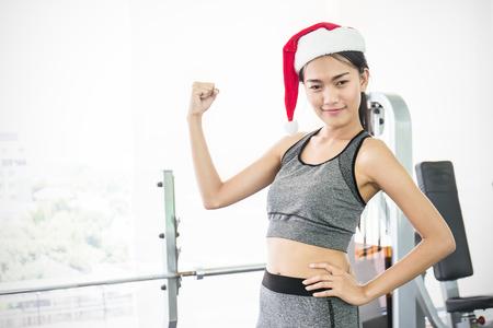 Portrait de jeune asiatique asiatique femme portant chapeau de luxe rouge chapeau dans le bureau de fitness femme portant le club de salle de sport célébrer le parti de noël Banque d'images - 90507020