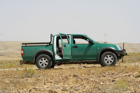 pickup truck: camioneta verde, en la sede del desierto Boker, Israel