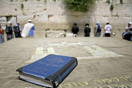 shabat: Biblia jud�a sobre la mesa, gemidos muro occidental, Jerusal�n, Israel