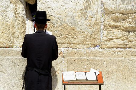 lamentation: giovane ebreo hasidic Wailing al muro occidentale, Gerusalemme, Israele Archivio Fotografico