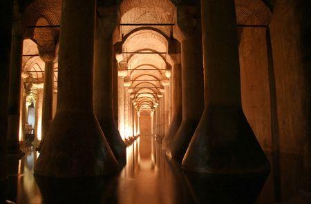 cisterna: Yerebatan cisterna subterr�nea, Estambul, Turqu�a Foto de archivo