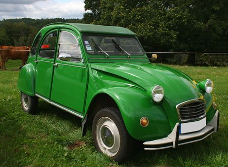 green citroen 2 CV photo