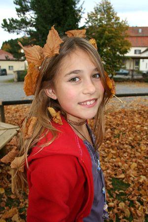 schöne junge Mädchen mit Herbst Blätter im Haar