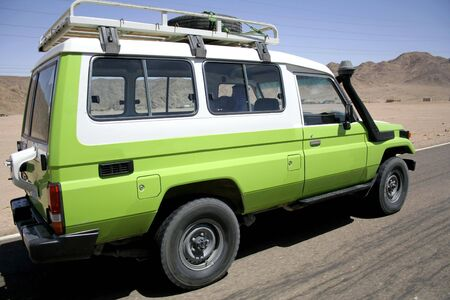 4 wheel: 4 ruedas motrices adelantamiento en una carretera en el desierto de Sina�, Egipto