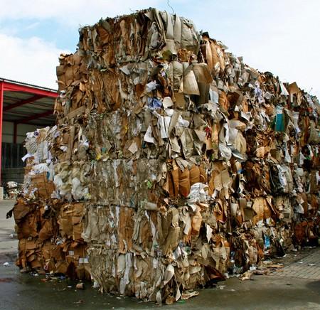 pila de papel antes de la trituración de residuos en la planta de reciclaje en Alemania