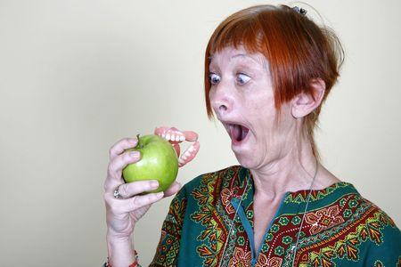 falso: Mujer perder su dentadura postiza por morder una manzana en
