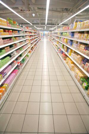 cassa supermercato: Ampia prospettiva di corridoio vuoto supermercato Archivio Fotografico