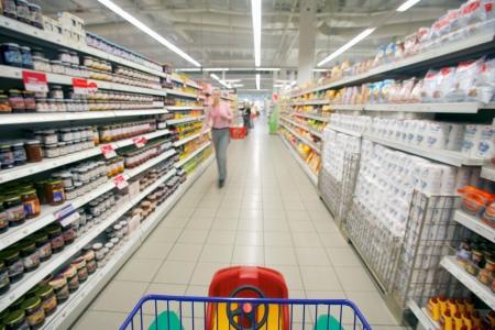 carro supermercado: El carrito de supermercado que viajan por el pasillo de una tienda Foto de archivo