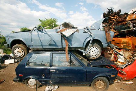 junkyard: Apilado encima de cada uno con el otro en el dep�sito de chatarra de coches