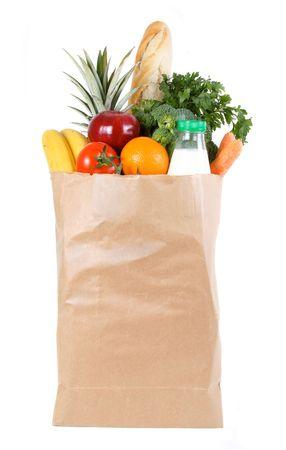 bolsa supermercado: Bolsa de compras de papel marr�n llenado de frutas y hortalizas frescas  Foto de archivo