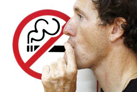 man smoking: hombre fumando un signo de no fumadores