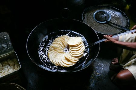 atta: Chapati in preparazione in olio per rendere puri  Archivio Fotografico