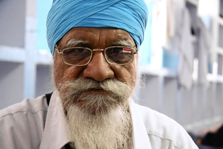 gurdwara: DELHI - SEPTEMBER 22:  Sikh man with a turban at Sis Ganj Gurdwara temple on September 22, 2007 in Delhi, India. Worldwide there are about 25 million Sikhs.