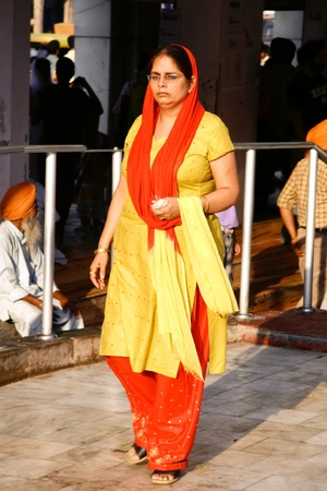 salwar: DELHI - SEPTEMBER 22:  Sikh female devotee in traditional sari at Sis Ganj Gurdwara on September 22, 2007 in Delhi, India. Sikh temples are open to  men and women unlike some religions.