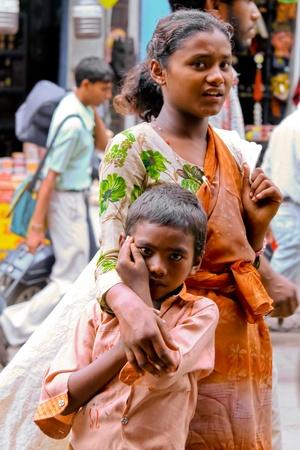 krottenwijk: Delhi - 26 September: Jonge bedelaars op straat op 26 September, 2007 in Delhi, India. Ze verzamelen vaak plastic flessen om extra geld te verdienen. Redactioneel