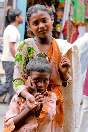 wees: Delhi - 26 September: Jonge bedelaars op straat op 26 September, 2007 in Delhi, India. Ze verzamelen vaak plastic flessen om extra geld te verdienen. Redactioneel