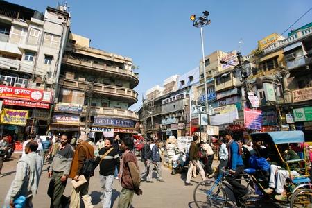 poblacion: DELHI - el 12 de febrero: Concurrida calle con veh�culos y transe�ntes el 12 de febrero de 2008 en Delhi, India. Poblaci�n de la capital est� cerca de 14 millones.