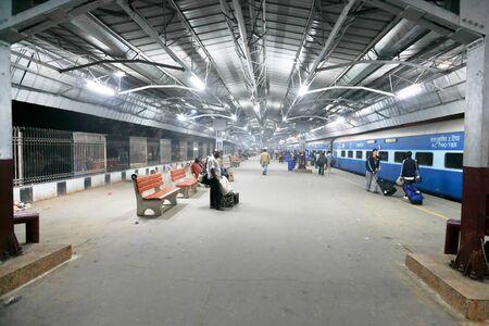 estacion de tren: DELHI El 19 de febrero: los viajeros en tren en la plataforma del tren de la estaci�n el 19 de febrero de 2008 en Delhi, India. Ferrocarriles indios transportan 20 millones de pasajeros diariamente.