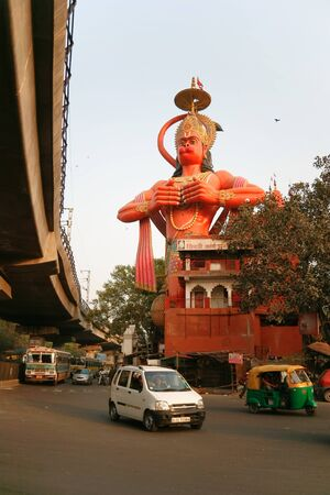assalto violento: DELHI - FEBRUARY 24. Hanuman rising above street and metro flyover on February 24, 2008 in Delhi, India. This temple has survived the onslaught of urbanism and pollution.