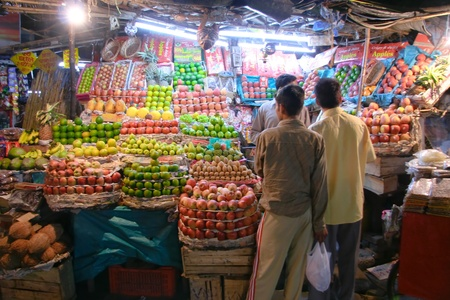 night market: DELHI - OCTOBER 21:  Fruit stall in night market on October 21, 2007 in Delhi, India. Markets are dominant however small supermarket chains are growing through the capital.