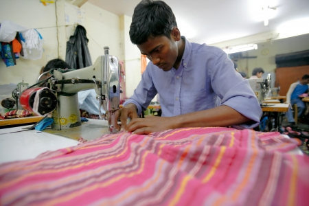 megfosztott: INDIA - FEB 26: Textile workers in a small factory in Old Delh on February 26, 2008 in Delhi, India. Many small factories provide the West with their clothes. Sajtókép