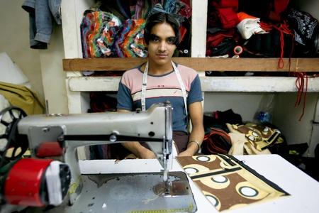 industria textil: INDIA - 26 de FEB: Trabajadores del sector textil en una peque�a f�brica en antigua Delh el 26 de febrero de 2008 en Delhi, India. Muchas f�bricas peque�as proporcionan al oeste con sus ropas.