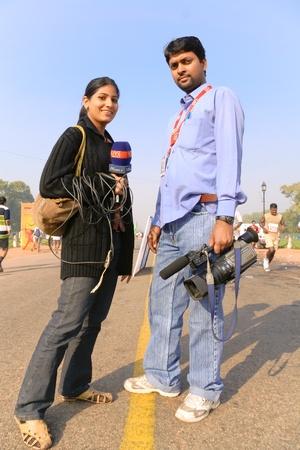reportero: DELHI - 28 de octubre: J�venes hombres y mujeres TV reporteros en media marat�n de Nueva Delhi, 28 de octubre de 2007 en Delhi, India. Todos los principales medios cubren este gran evento fuerte de 29.000 personas.