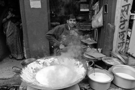 ambulant: DELHI - DECEMBER 2 : Young man selling food cooked on the side of the street on December 2nd, 2007 in Delhi, India.