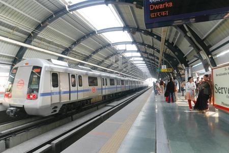 estacion tren: DELHI - 18 de septiembre: pasajeros esperando el tren de metro el 18 de septiembre de 2007 en Delhi, India. Casi 1 mill�n de pasajeros utiliza el metro diariamente.