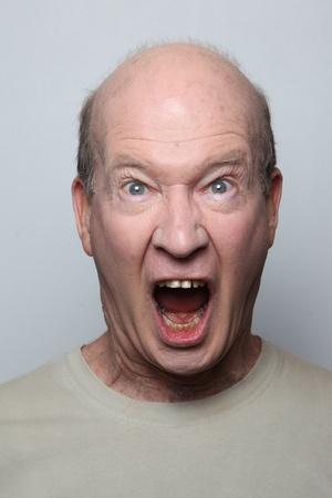 rgern: Zorniger Mann zeigt seine Z�hne