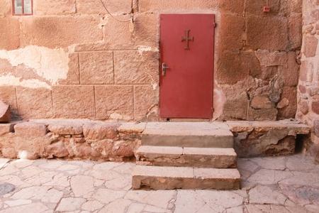 monte sinai: Puerta roja con la cruz en el monasterio de Santa Catalina en Egipto Editorial