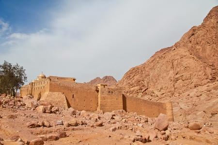 monte sinai: Murallas del Monasterio de Santa Catalina en Egipto Editorial