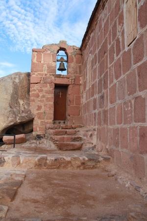 mount sinai: Greco ortodossa dell'Olocausto cappella e campanile sul monte Sinai  Monte di Mos� in Egitto a 2285m Editoriali