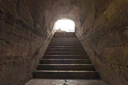 arcos de piedra: Escaleras de piedra viejas en el sótano en Split, Croacia