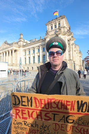 political system: BERLIN - 3 de noviembre de 2011: El manifestante frente al Bundestag el 3 de noviembre de 2011 en Berl�n, Alemania. Los ciudadanos son cada vez m�s desilusionada con el sistema pol�tico actual.